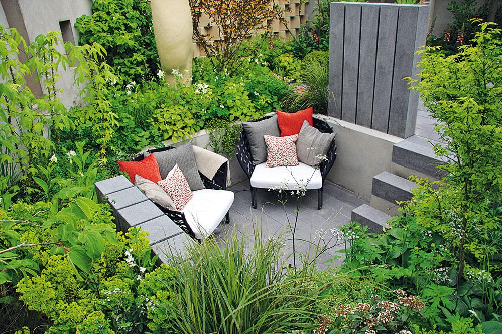 Geometrické tvary sú jedným znosných prvkov moderne riešených záhrad. Sú príznačné nielen pre záhony, spevnené či vodné plochy, ale aj pre rôzne oddychové zóny. Naozaj efektne pôsobí, ak je jedna zrelaxačných častí umiestnená pod úrovňou záhrady. Štýlový záhadný nábytok (doplnený vankúšmi) je nevyhnutnosťou.
