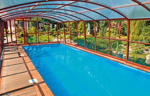 Vponuke výrobcov nájdete aj celoplošne pochôdzne modely posuvného zastrešenia, ako je napríklad model Casablanca od spoločnosti ALBIXON, ktoré prinášajú nevídaný komfort avďaka rôznej povrchovej úprave konštrukcie (napríklad drevený dekor) dokážu pekne zapadnúť do prostredia. Ideálne sú predovšetkým do veľkých záhrad, kde nebudú pôsobiť príliš robustne. Zaujímavé riešenie predstavuje kombinácia viacerých farieb výplní – od čírej cez zelenkastú amodrú až po rôzne dymové odtiene. Výplne teda môžete napríklad kombinovať tak, aby ste si vychutnali pohľad na pestrú výsadbu, azároveň zdruhej strany zabránili neželaným pohľadom.