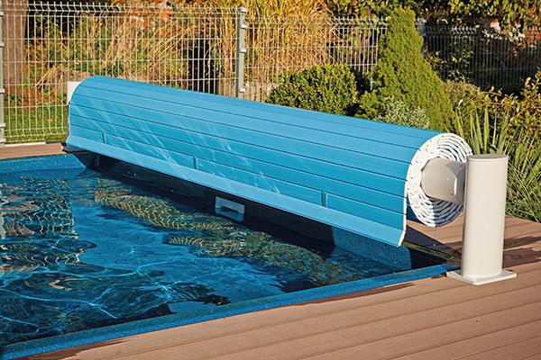 Komfortné aelegantné riešenie prekrytia bazéna predstavuje lamelová roleta, ktorej použitie sa unás spája najmä sbazénmi sobdĺžnikovým pôdorysom, no vponuke dnes nájdete variabilné riešenie pre takmer každý tvar aveľkosť bazéna. Lamelový rošt zPVC je vodotesný avoľne pláva po hladine, pričom jeho navíjanie sa riadi automaticky diaľkovým ovládaním. Lamelové prekrytie chráni bazén pred nečistotami, je odolné proti nárazu aj UV žiareniu, zvyšuje bezpečnosť osôb adomácich zvierat audržuje teplotu vody. Vponuke nájdete viaceré farebné vyhotovenia, pričom štandardom je svetlomodré, svetlosivé abéžové.