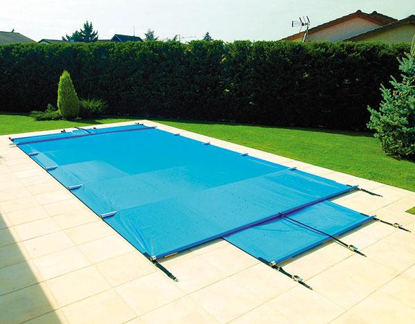 Univerzálna bezpečnostná plachta od spoločnosti Desjoyaux sa dá použiť na každý druh bazéna. Umiestňuje sa na obrubné kamene tak, aby sa nedotýkala vodnej plochy. Je vyrobená zPVC fólie doplnenej tkaninou, ktorá zvyšuje jej pevnosť (chráni pred pádom detí adomácich miláčikov do bazéna). Každých 120 až 150 cm je plachta spevnená tyčou zanodizovaného hliníka. Plachtu môžete používať nielen vzime, ale aj počas kúpacej sezóny.