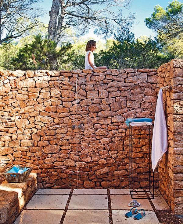 Zkaždej miestnosti sa dá vyjsť na priľahlú terasu, kde je vždy poruke aj vonkajšia sprcha.