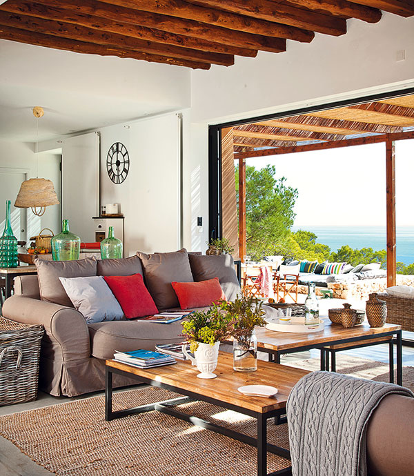 Interiér voľne nadväzuje na exteriér na oboch stranách obývačky – tu pokračuje veľkou terasou natočenou smerom kmoru.