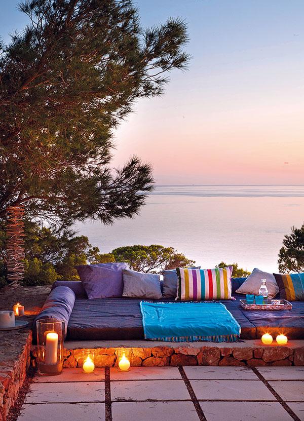 Večer tu býva príjemne aani vnoci teplota veľmi neklesá. Pre obrovskú dennú posteľ vovýklenku terasy, ovenčenú kopou vankúšov, sa tak nájde využitie po celých 24hodín.