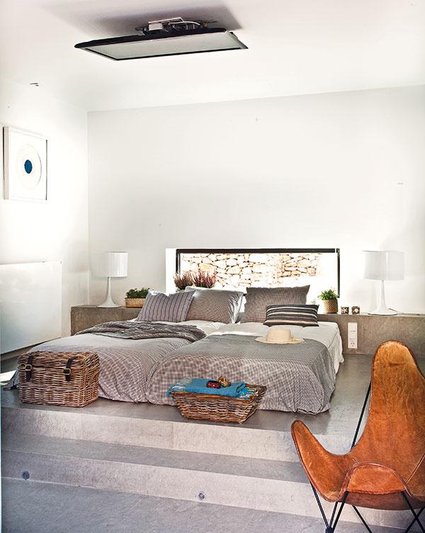 Základ zariadenia spálne tvoria vstavané prvky, ako napríklad dvojlôžko či posteľ na denný relax. Ktomu stačí už len zopár jednoduchých kusov nábytku adoplnkov. (posteľ Patricia Ramos, prikrývka aobliečky Catalina House, lampy IKEA)