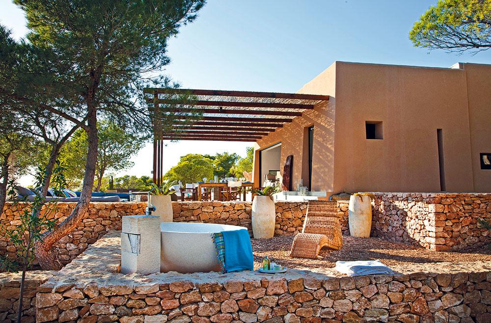 Architektonický štýl domu, tvoreného niekoľkými jednoduchými kubusmi, je odkazom na hlinené stavby vsevernej Afrike.