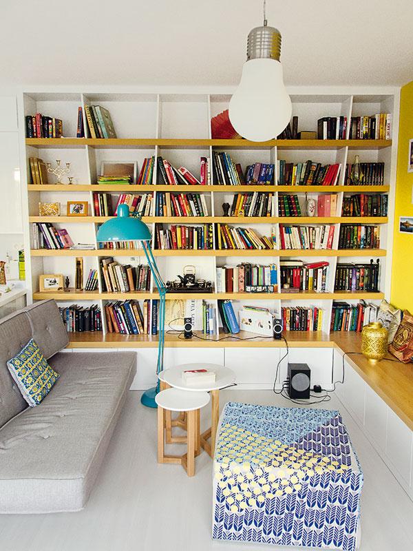 Obývačkové sedenie je sústredené do kruhu, aby bol každý návštevník zapojený do konverzácie. Napĺňa sa tak zároveň hlavná funkcia celej obývacej izby – stretávanie sa.
