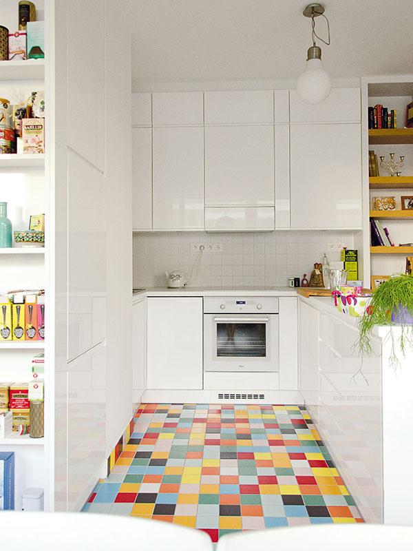 Kuchynská linka je jednou znajdrahších položiek bytu. Keďže sa podarilo ušetriť inde, môžu sa majitelia pýšiť striekaným povrchom dvierok. Majú dlhšiu životnosť avyžadujú si menšiu ajednoduchšiu údržbu. Navrhnutá je na mieru, vyhotovená stolárom.