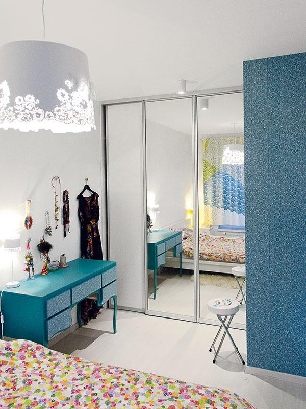Romantický nádych získala spálňa hneď zniekoľkých dôvodov. Architekti sa nenechali uniesť priďaleko aveselý, živý interiér nechali čiastočne za dverami. Spálňa tak plynie vsnovej romantickej atmosfére.