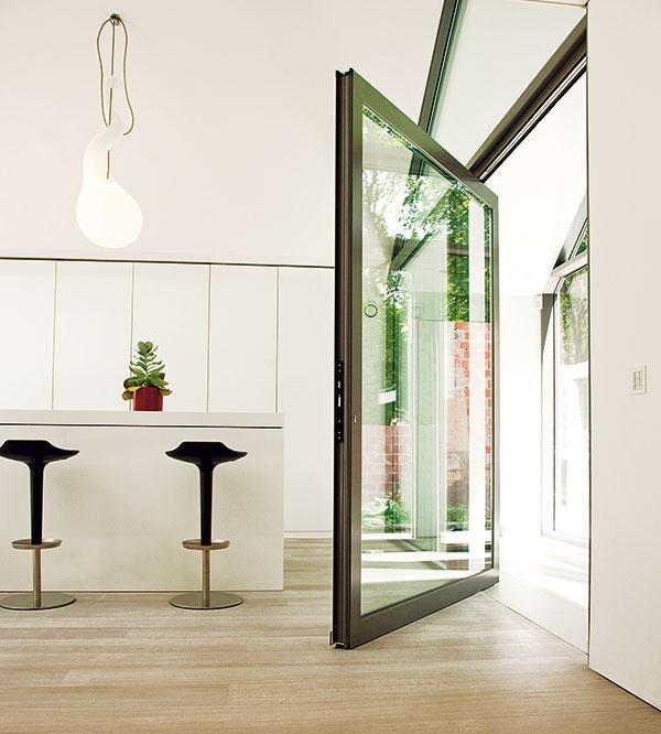 Celosklené steny sú dnes bežnou súčasťou rodinných domov. Zasklené dvere shliníkovými profilmi Reynaers od spoločnosti Almon využívajú vysokú únosnosť atvarové možnosti hliníka, vďaka čomu sa používajú aj pri dverách satypickými rozmermi.