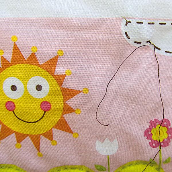 Po vyznačených líniách prešite deku bavlnenou priadzou na vyšívanie.