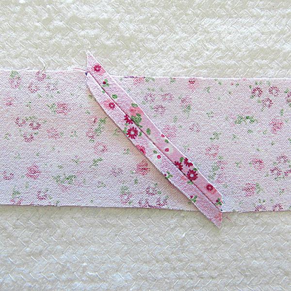 Pripravte si okraj deky – hada. Pásiky široké 6,2 cm zošite a prežehlite ich na polovicu.