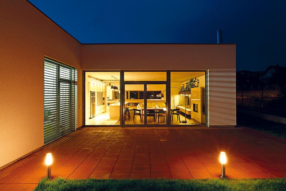 Juhovýchodné fasády sa maximálne otvárajú exteriéru. Okrem prístupu slnka do interiéru sa tak docielil výhľad do budúcej záhrady. Pred dennou časťou je vstrete hmôt vytvorená letná terasa.