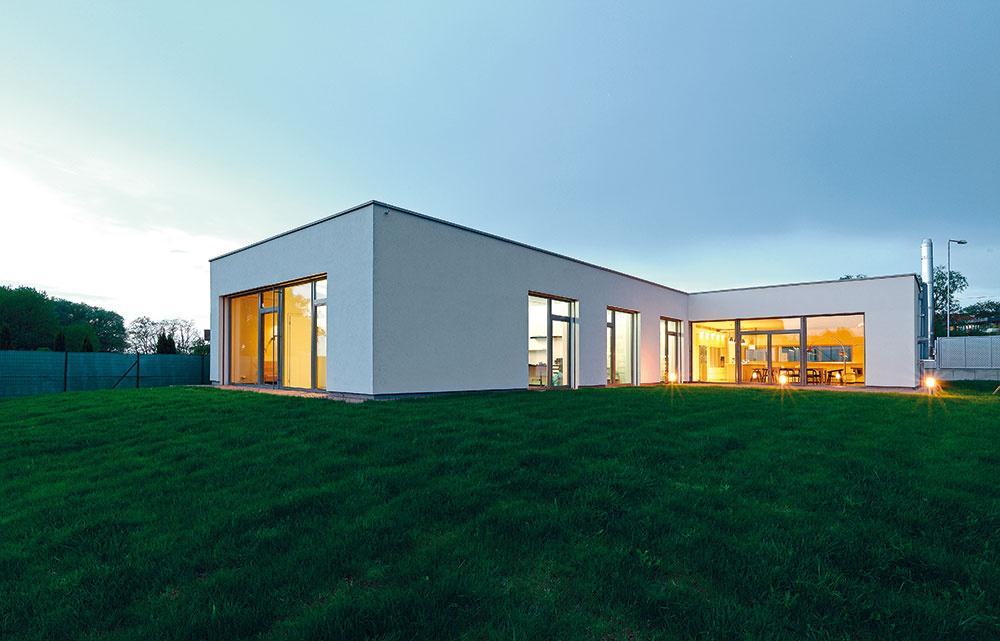Umiestnenie stavby na pozemku vychádza zideálnej orientácie nasvetové strany. Hmota domu vytvorila juhozápadné átrium, ktoré zabezpečuje dostatočné presvetlenie všetkých obytných miestností.