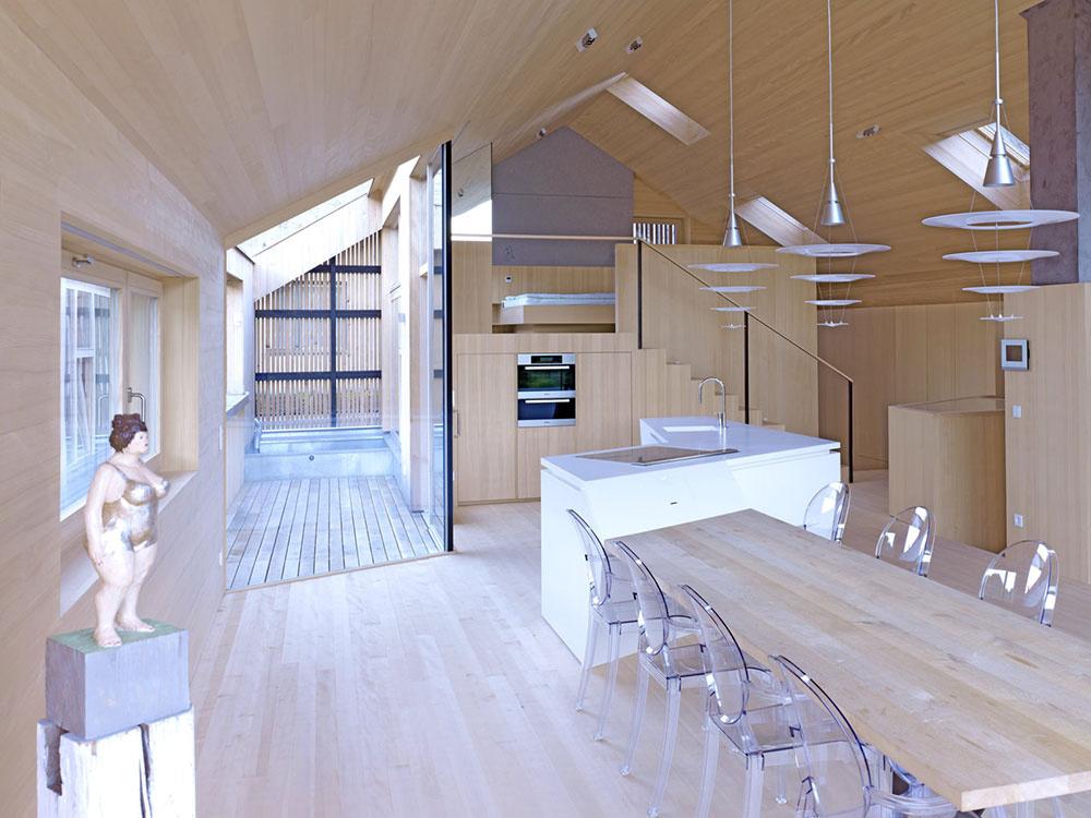 Cielene umiestnené strešné okná VELUX osvetľujú priestor do hĺbky.