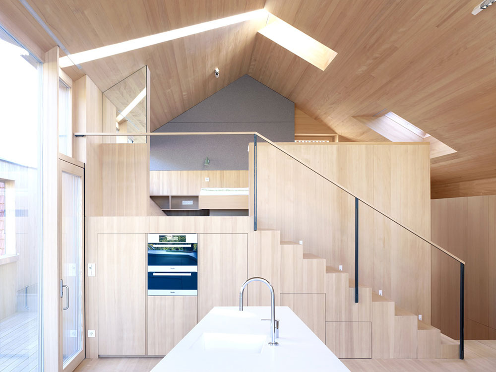 V otvorenom priestore vznikla galéria s miestom na spanie. Pod schodiskom našli miesto aj zabudované kuchynské spotrebiče.