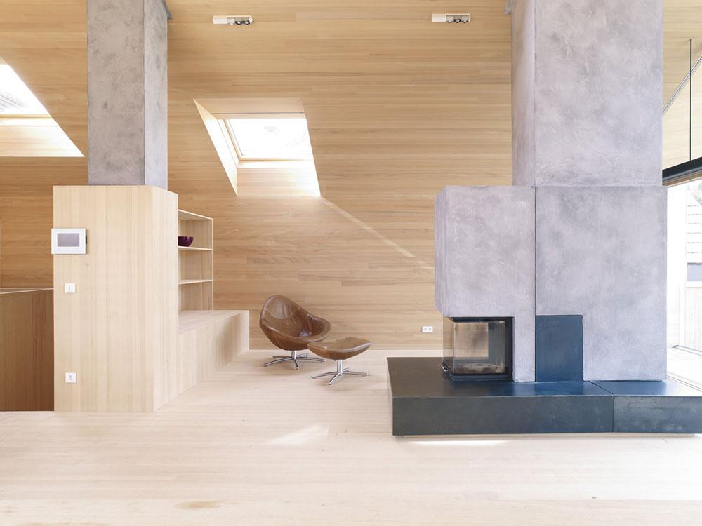 Šikovné umiestnenie vertikálnych a strešných okien rovnomerne presvetlia celý priestor.