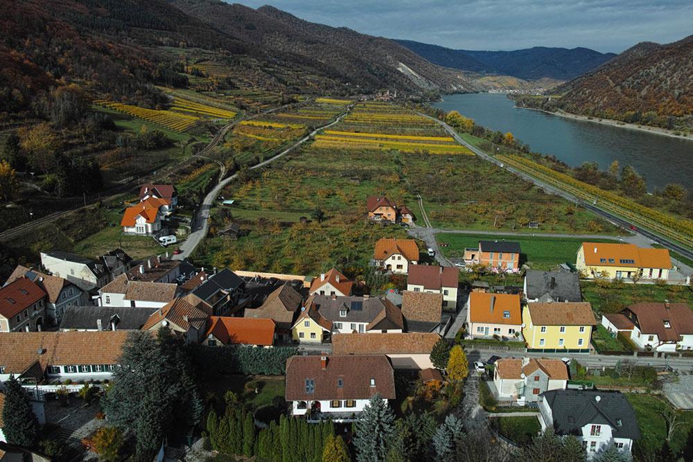 Majiteľ domu má dokonalý výhľad na údolie Dunaja a svoj marhuľový sad.