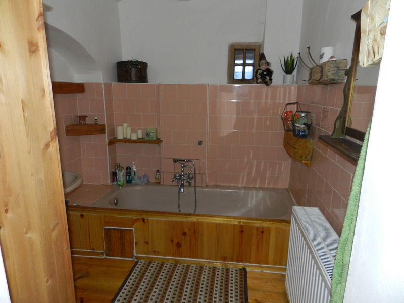 Dnes kúpeľňu zdobia aj viaceré drevené doplnky. Na miestach, kde to vzhľadom na styk s vodou bolo čo i len trochu možné, nechali majitelia prirodzenú štruktúru tohto materiálu.