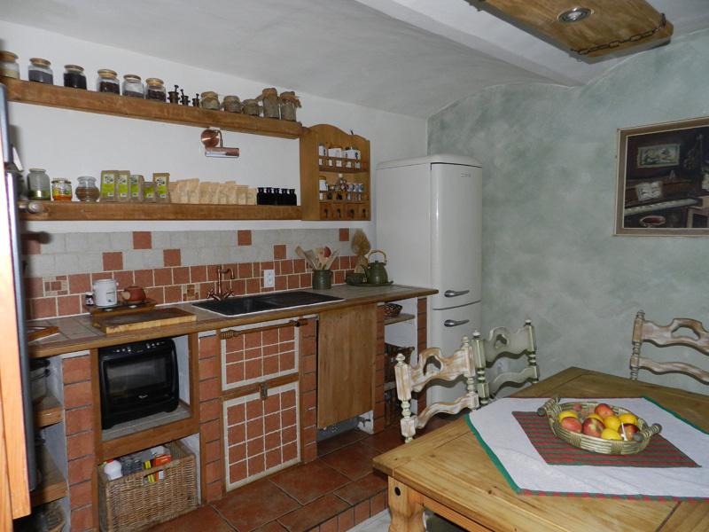 Kuchyňa Martiny a Petra si v primeranej miere obnovila dedinského ducha zo začiatku storočia. Chladničky sa však rozhodne vzdať nemohli. Od moderných tvarov, ktoré by tu zavadzali, má aj tak ďaleko.