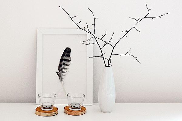 Brezové kolieska, tentoraz ako podstavce pod svietniky, svojou naturálnosťou príjemne prekračujú čierno-biele hranice aranžmánu. Nevtieravým amilým detailom sú čajové sviečky oblepené dekoračnou lepiacou páskou.