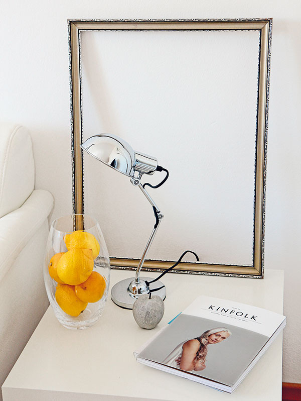 Zátišie sindustriálnou lampičkou, ktorú na čas musel oželieť pracovný stôl. Sfarebným oživujúcim akcentom si majiteľka poradila po svojom – kilom citrónov vsklenej váze. Ak však milujete citrónový sorbet, zvoľte si iné ovocie. :-)