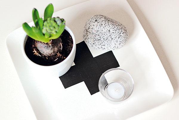 Obyčajný biely podnos sa vďaka čiernej dekoračnej páske dokáže premeniť na takmer dizajnový. Keď krížikový trend omrzí, stačí pásky odlepiť.