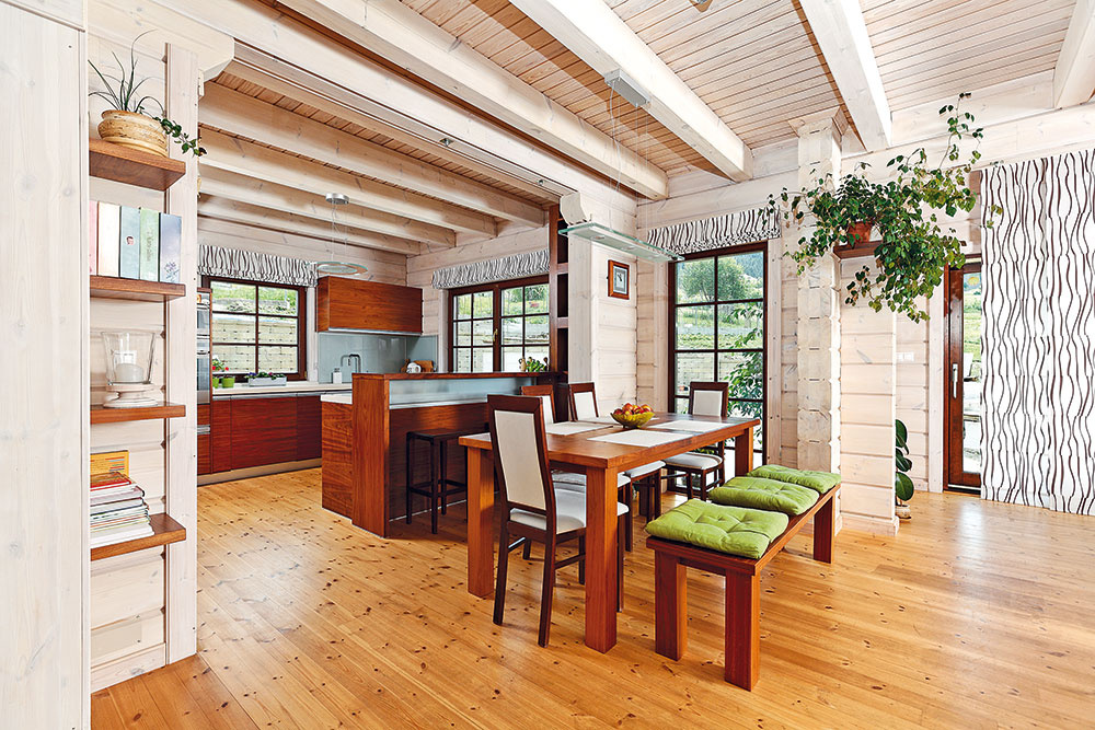 Centrom života je tu veľký otvorený priestor, ktorý spája kuchyňu sjedálňou aobývačkou. Ikeď má dom modernú dispozíciu, podstata aatmosféra tradičného zrubu vňom ostali zachované.