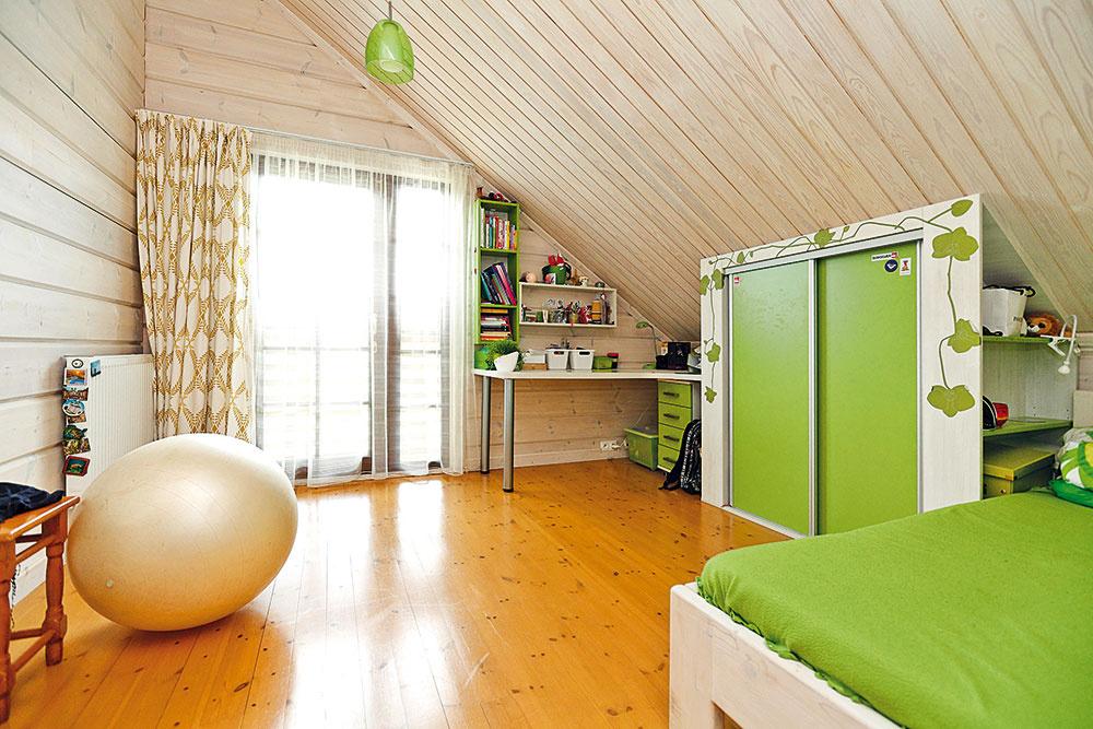 Aj vdetských izbách arodičovskej spálni vpodkroví je po celý rok príjemne – zabezpečuje to 30 cm hrubá tepelná izolácia vkonštrukcii strechy spolu spomerne veľkou medzerou, ktorou sa spod krytiny účinne odvetráva horúci vzduch vlete aj chladný vzime. Veľmi dobre je izolovaná tiež podlaha, čo pozitívne ovplyvňuje klímu vdome aj spotrebu energie na vykurovanie.
