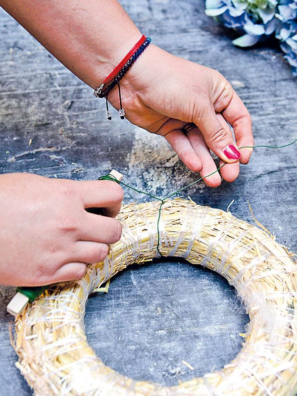 2 Okolo slameného korpusu oviňte drôt akonce obtočte. Koniec drôtu by mal byť dlhý aspoň 10 cm.