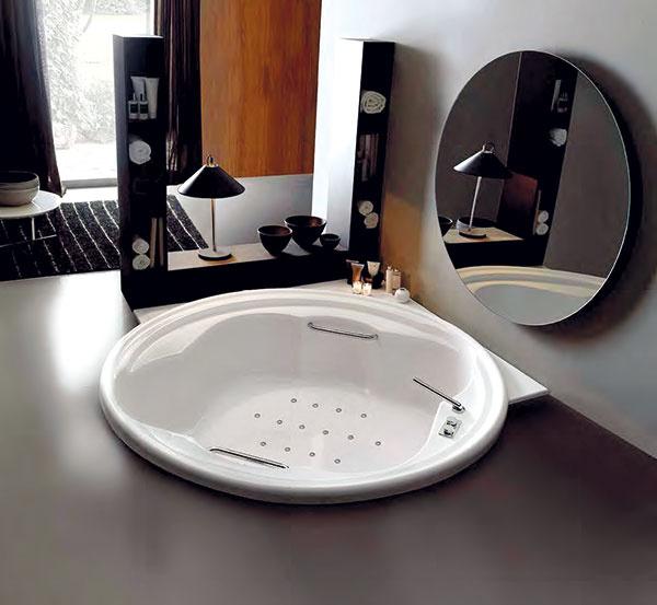 Akú aza koľko? Kvalitná akrylátová masážna vaňa sbežnými rozmermi, skomponentmi KOLLER, vhodná do štandardnej kúpeľne, sa spneumatickým ovládaním dá kúpiť za menej než 1100 €. Vo veľkej kúpeľni však zvážte väčšiu, atypicky tvarovanú vaňu či vaňu pre dvoch.