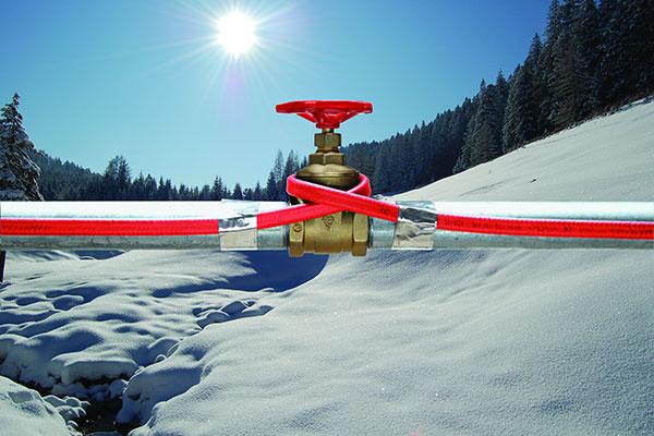 Samoregulačný termokábel DEVI – pipeheat™ sa inštaluje vnútri alebo na povrch potrubia.