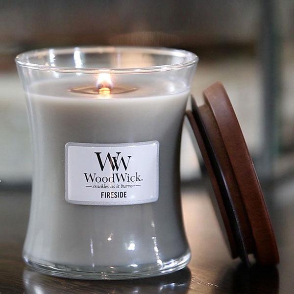 Vonná sviečka WoodWick s dreveným knôtom vytvára atmosféru praskajúceho dreva.