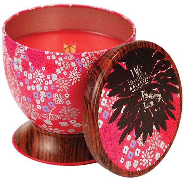Vonná sviečka WoodWick Gallerie v originálnej plechovke je ideálnym typom na darček.