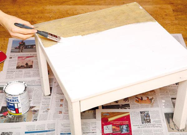 Stolček opracujte brúsnym papierom, očistite ho od prachu, natrite bielou farbou anechajte zaschnúť.