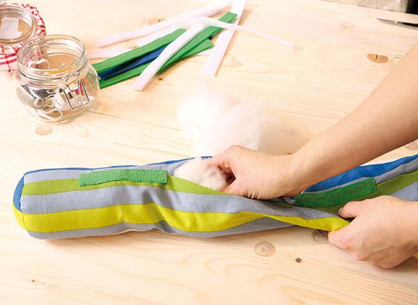 Do valca natlačte výplň aotvor ručne zašite. Takýmto spôsobom postupne zhotovíte šesť rovnakých valcov.