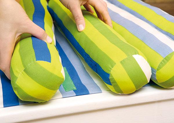 Valce priložte na látku tak, aby sa suché zipsy na valcoch spojili so zipsami na stolčeku.