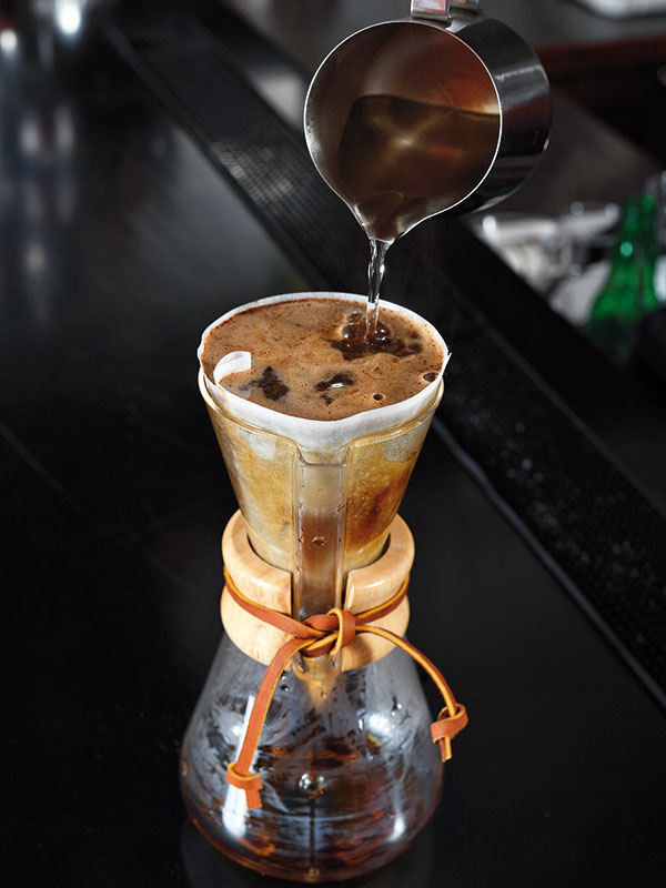 """Kávu pokvapkajte horúcou vodou, aby sa zvlhčila a""""rozvinula"""". Počkajte asi 30 sekúnd azalejte ju vodou až po vrch filtra."""