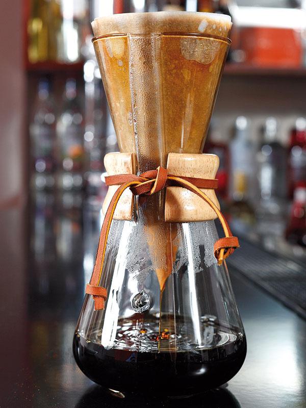 Počkajte, kým káva pretečie do spodnej nádoby – mala by siahať maximálne po značku (hrbolček) na nádobe – potiaľ asi zvrchu siaha papierový filter aten by sa do kávy nemal namočiť.