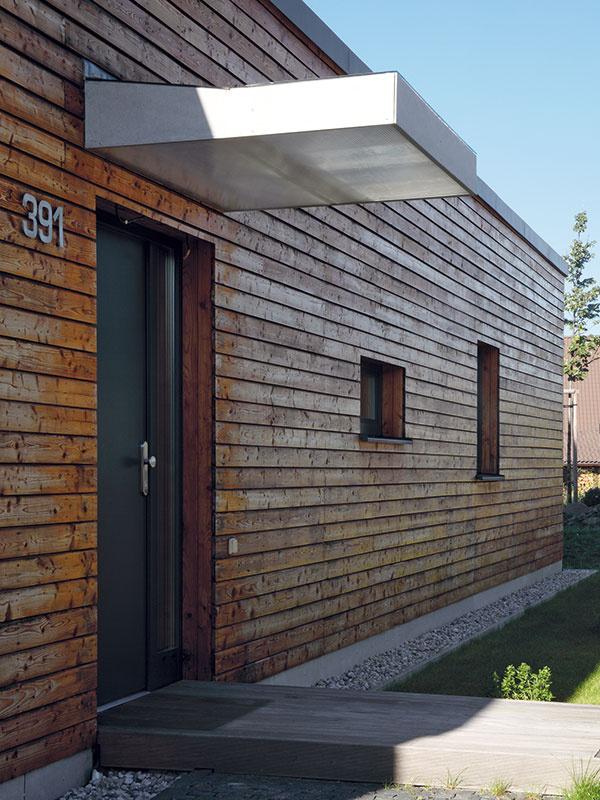 Bez bariér. Vinteriéri prízemného domu nie sú žiadne výškové bariéry, iba vstup delí od terénu niekoľkocentimetrový schodík.