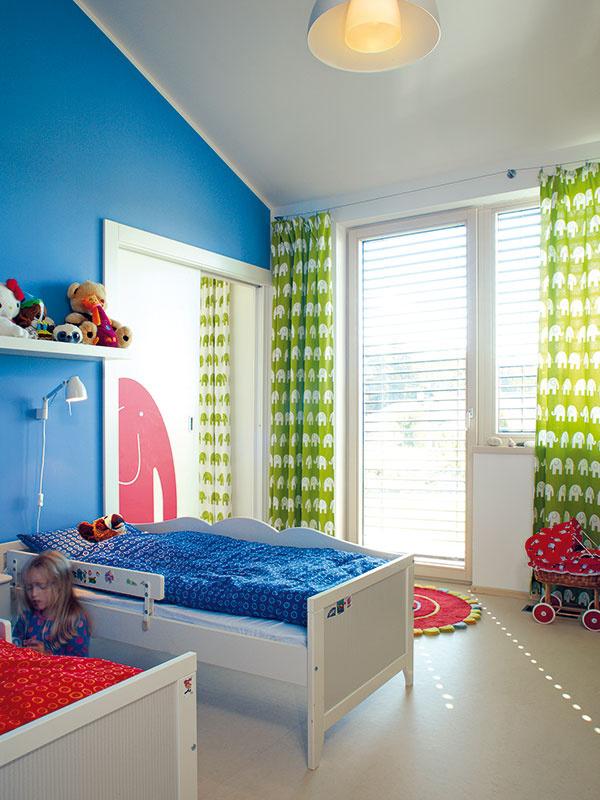 Detské izby sú zariadené jednoduchým, praktickým nábytkom. Prostredníctvom stien, textílií adoplnkov im však rodičia dožičili živú aveselú farebnosť.