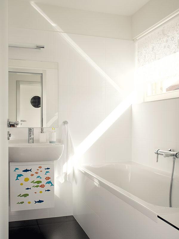 Jednoducho, ale sfantáziou. Kdetským izbám patrí aj detská kúpeľňa. Jednoduché biele vybavenie oživujú veselé dekorácie, ktoré možno kedykoľvek zmeniť – kúpeľňa tak porastie sdeťmi bez väčších nákladov.