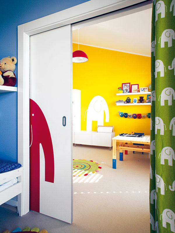 Spolu aj oddelene. Medzi dvoma detskými izbami sú široké posuvné dvere, ktoré zároveň slúžia ako tabule na kreslenie. Izby tak môžu byť spojené alebo rozdelené na dve pokojné spálne podľa toho, ako si to situácia vyžaduje. Zatiaľ, kým sú deti malé, im však najviac vyhovuje systém: spoločná spálňa – spoločná herňa.
