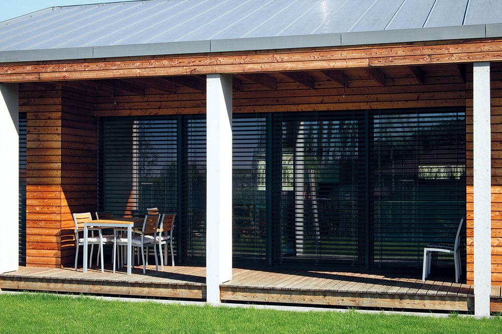 Oporou pre presah strechy terasy sú stenové prvky obložené vláknocementovými doskami. Popri konštrukčnej funkcii zároveň delia terasu na sekcie zodpovedajúce šírke susediacich izieb.
