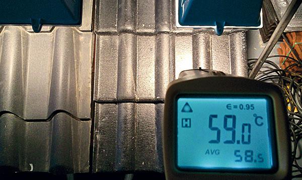 Teplota na povrchu oboch druhov strešnej krytiny, plechovej itvrdej skladanej, bola za rovnakých podmienok pri meraní zhodná adosiahla úroveň 59 °C.