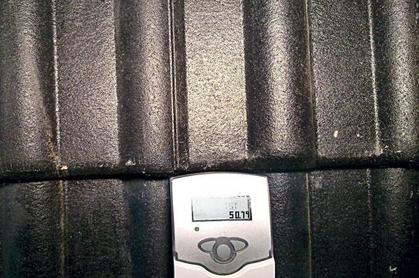 Teplota na rubovej strane tvrdej skladanej strešnej krytiny bola 50,7 °C.