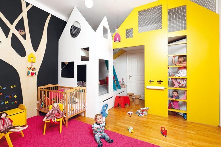 Až po nebo. Vo veľkej miestnosti svysokými stropmi by sa deti stratili. Architekti však priestor pomocou domčekov rozdelili na niekoľko osobitných častí atak sa sestričky skamarátmi môžu navštevovať vdomčekoch alebo sedieť na záhrade pod stromom.