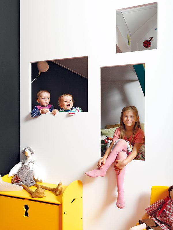 Okná do postele. Aby kulisy domčekov nevytvárali tmavé rohy, architekti ich otvorili oknami. Deti tak majú svoje poklady vbezpečí, no prehľad otom, čo sa deje vonku, nestrácajú.
