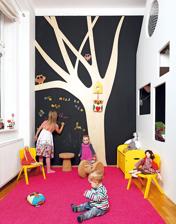 Kreslenie vzáhrade. Celá stena, tvoriaca pozadie dreveného stromu, je natretá magnetickou tabuľovou farbou. Deti tak nemajú núdzu omiesto na kreslenie.