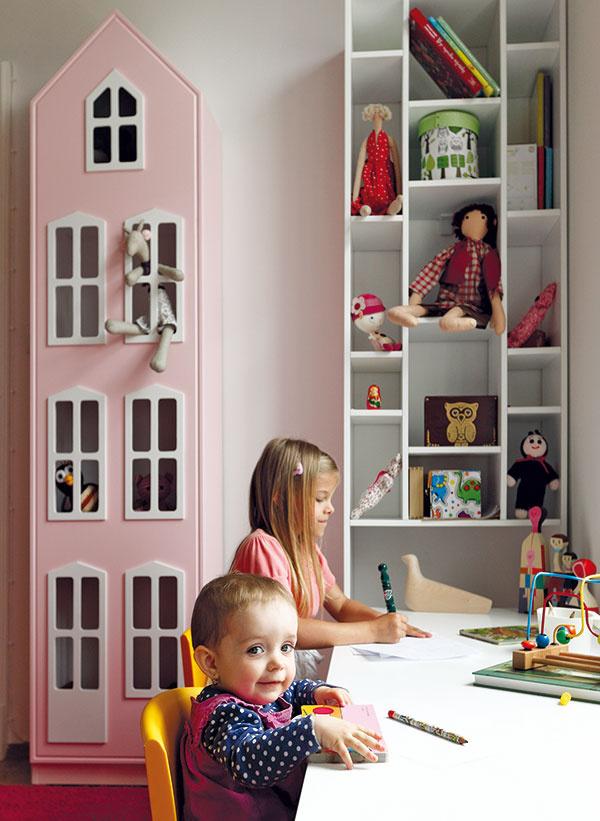 Domčeky pre knihy ahračky ukrývajú vo vyšších polohách predmety, ktoré deti zatiaľ nemôžu používať samy.
