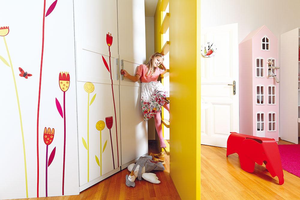 Maľovaná skriňa ukrytá za rebríkom mala byť pôvodne čisto biela, ladiaca sdvermi. Niekoľko maľovaných kvetov však do izby prinieslo jemný náznak lúky.